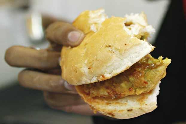 A Mumbai si mangia il vada pav