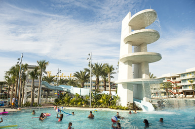 """Le piscine con il fiume artificiale """"Lazy River"""" e il centro fitness Jack LaLanne al Cabana Bay Beach Resort di Universal Orlando"""