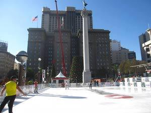 Pattinare sul ghiaccio a Justin Herman Plaza a San Francisco