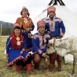 Una famiglia Sami in Svezia con gli abiti tradizionali