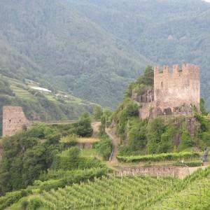 Lo sperone su cui sorge il Castello di Segonzano. Foto da Wikipedia.
