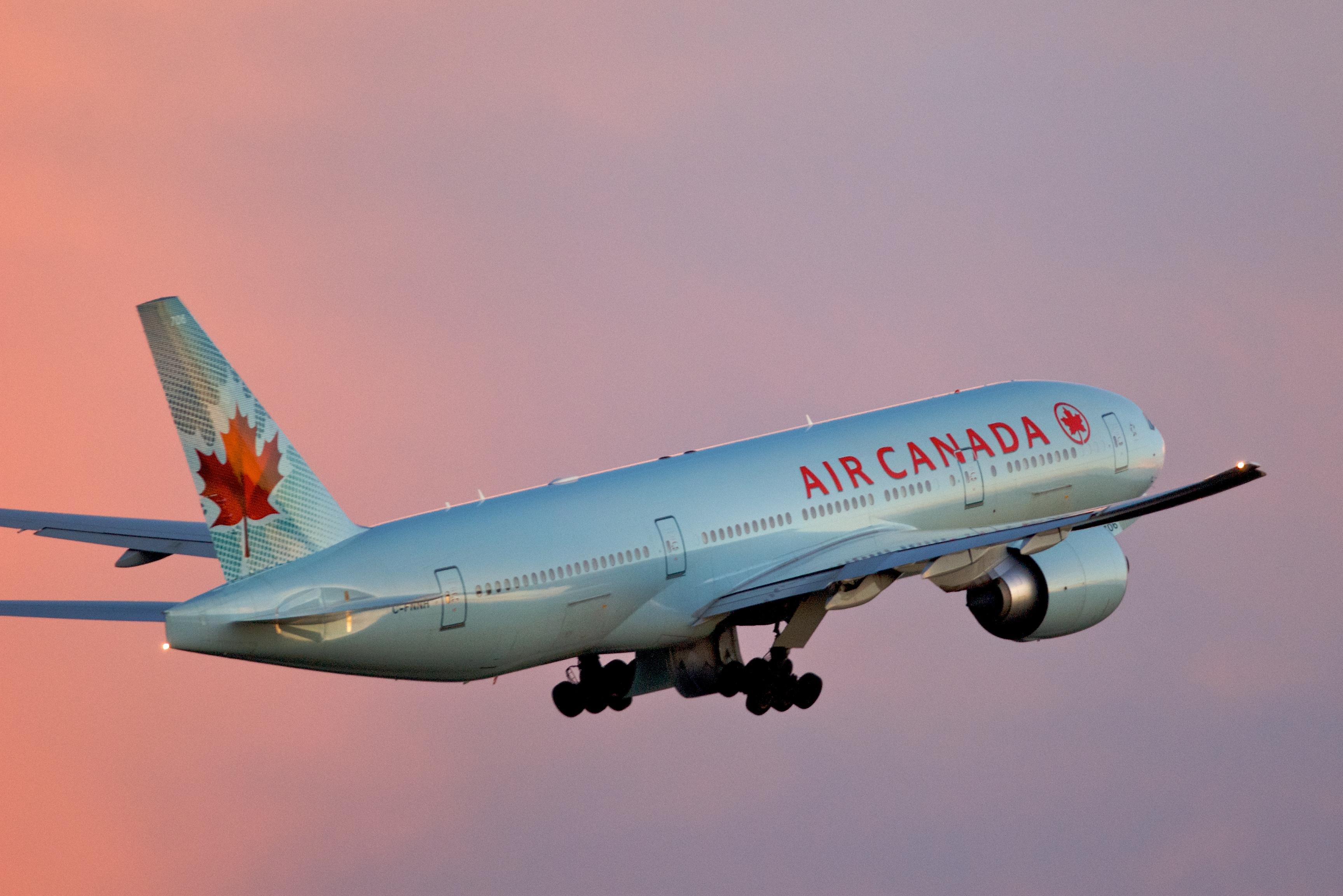 Air Canada Boeing 777 200LR Toronto takeoff