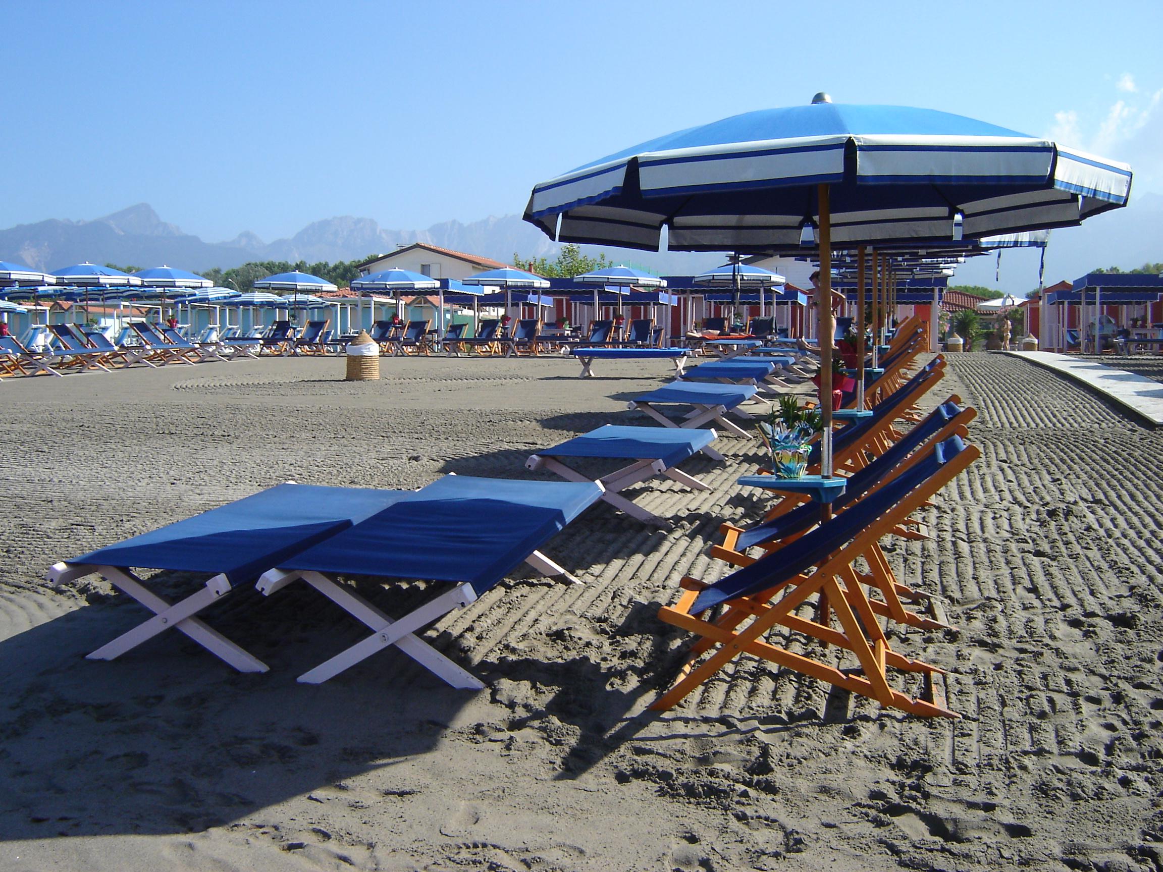 Matrimonio Spiaggia Marina Di Massa : Costo ombrellone e sdraio spiaggia marina di massa
