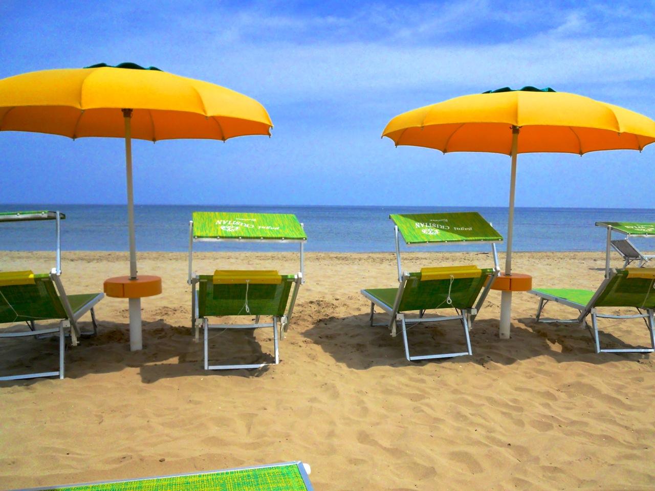 Ombrelloni Per La Spiaggia.Costo Ombrellone E Sdraio Spiaggia Riccione Viaggiamo