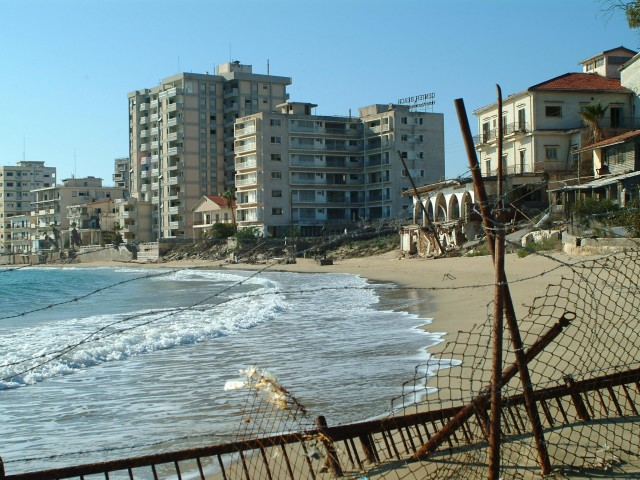 famagosta-citta-fantasma-Ghost-city-from-the-beach