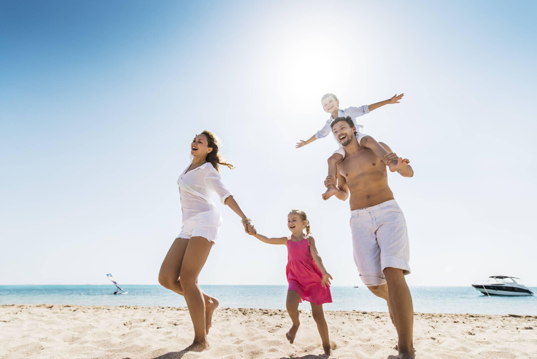 spiaggia famiglia ThinkstockPhotos 521669461