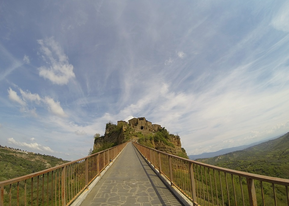 Ponte sospeso per raggiungere Civita di Bagnoregio