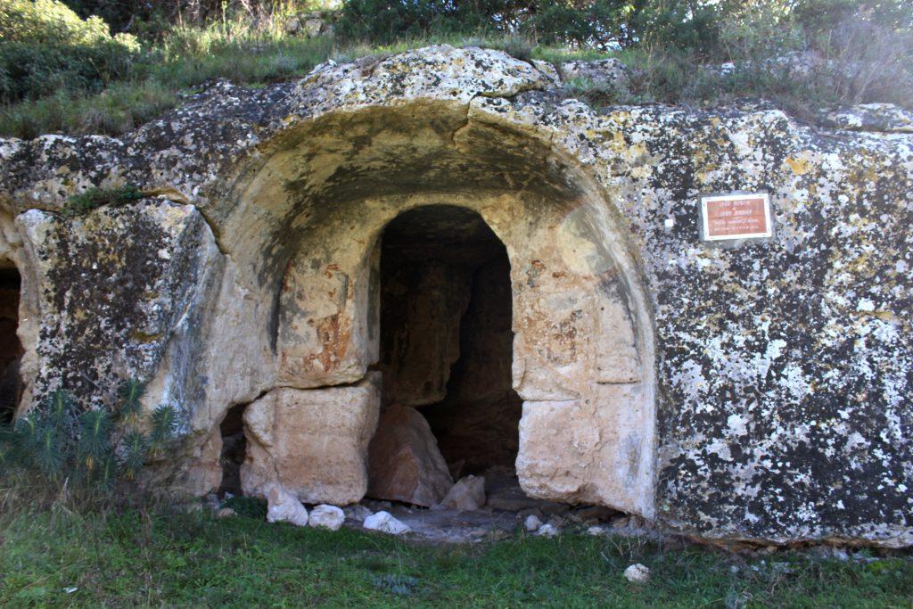 Ginosa, l'ingresso alla chiesa rupestre di Santa Barbara