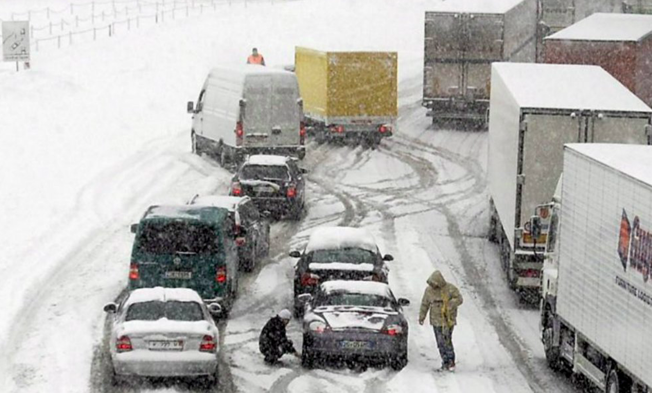 Neve in Alto Adige, automobilisti bloccati