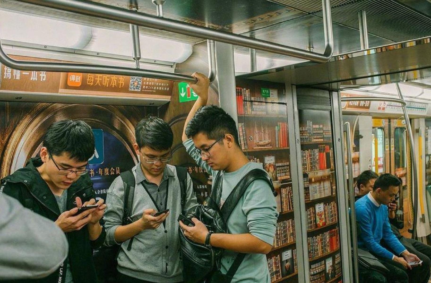 La metropolitana di Pechino si trasforma in una libreria