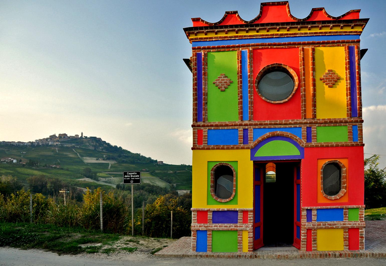 Barolo chiesa colorata