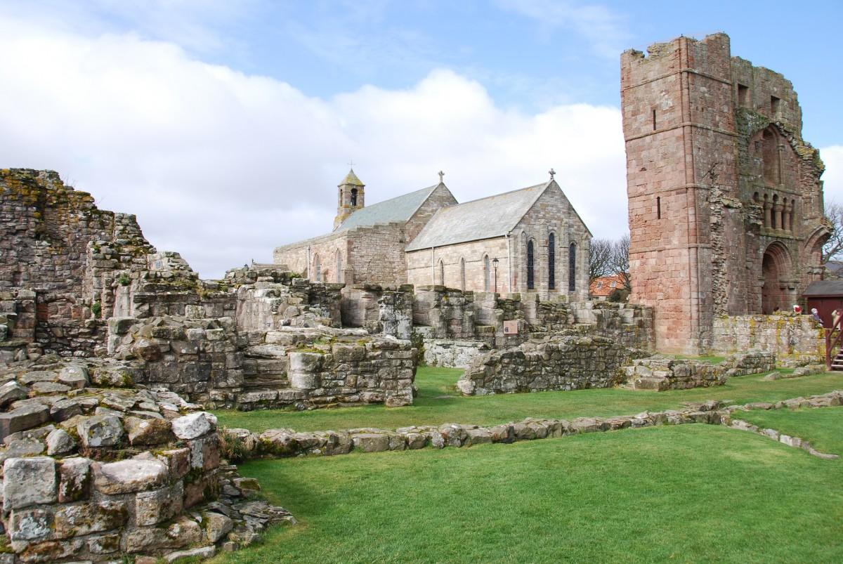 abbazia di lindisfarne in scozia