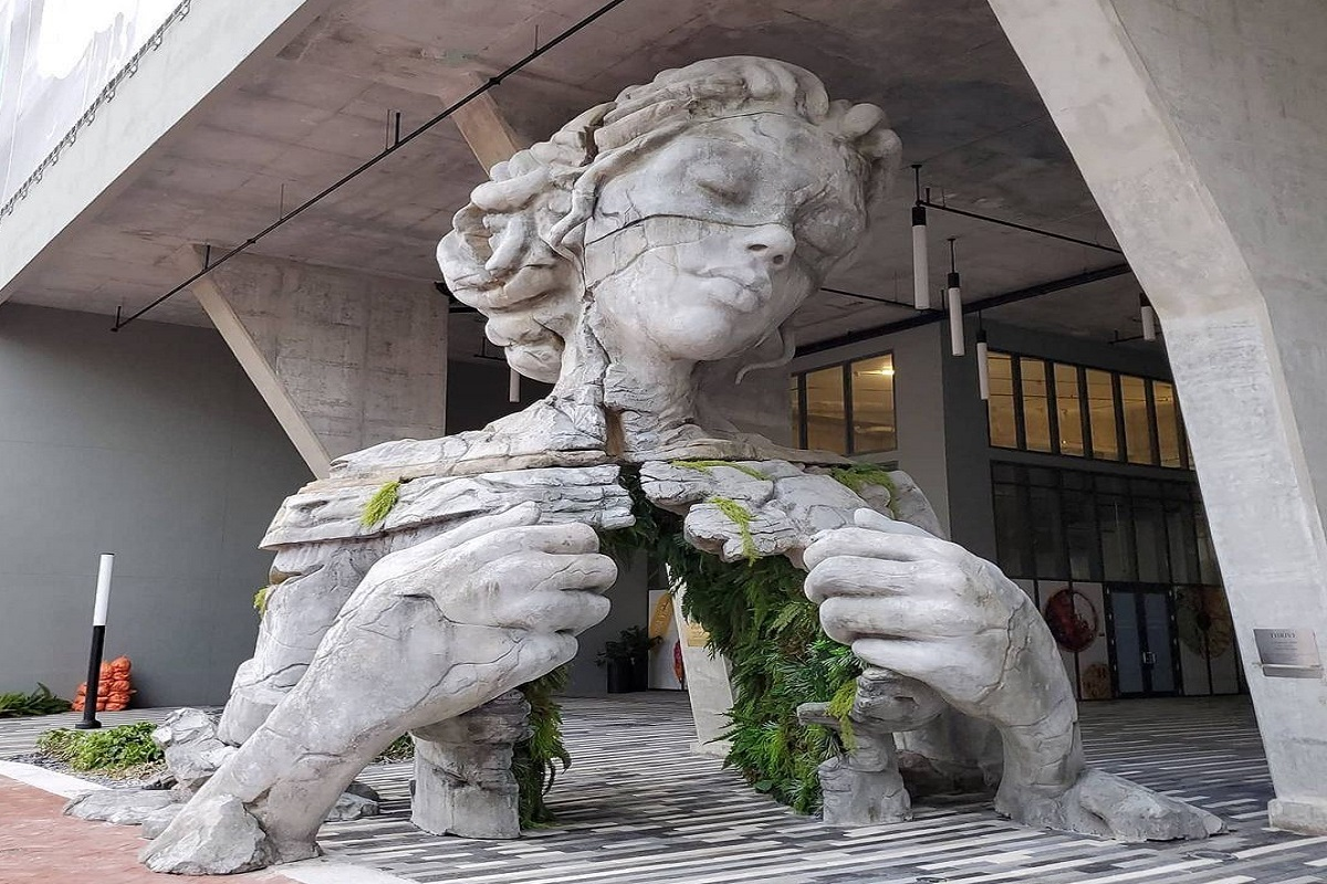 Florida scultura donna felci