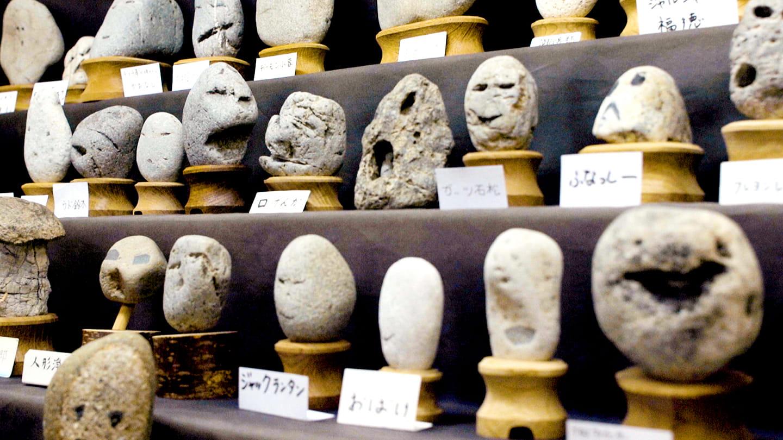giappone museo pietre facce